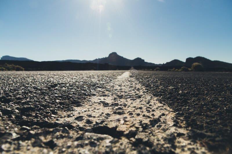 Κενός δρόμος ερήμων με τη σκιαγραφία βουνών στοκ φωτογραφία με δικαίωμα ελεύθερης χρήσης