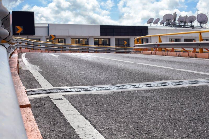 Κενός δρόμος οδών στην πόλη με τον ουρανό στοκ φωτογραφίες με δικαίωμα ελεύθερης χρήσης