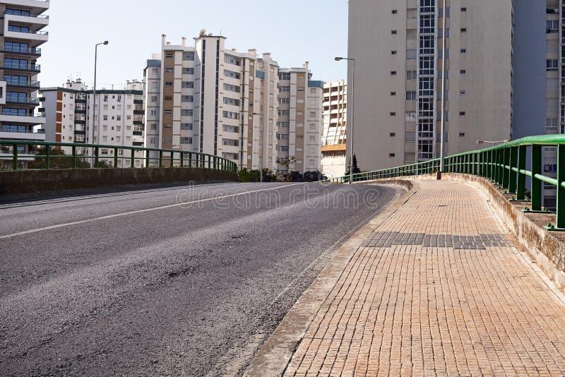 Κενός δρόμος οδών στην πόλη με το σπίτι στοκ φωτογραφία με δικαίωμα ελεύθερης χρήσης