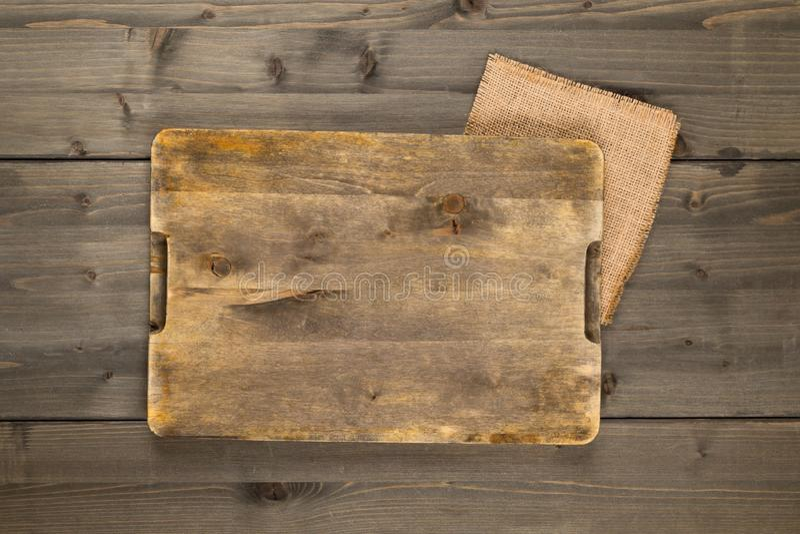 Κενός τέμνων πίνακας στην αγροτική καφετιά ξύλινη τοπ άποψη επιτραπέζιου υποβάθρου άνωθεν στοκ εικόνα με δικαίωμα ελεύθερης χρήσης