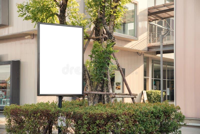 Κενός υπαίθριος λευκός πίνακας στη διαφήμιση εστιατορίων πεζοδρομίων στοκ φωτογραφία με δικαίωμα ελεύθερης χρήσης