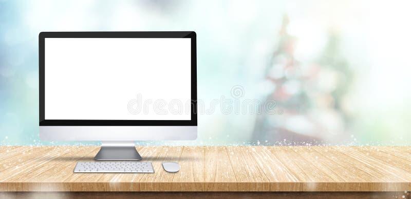 Κενός υπολογιστής γραφείου υπολογιστών οθόνης στον ξύλινο πίνακα με την αφηρημένη θαμπάδα στοκ εικόνα