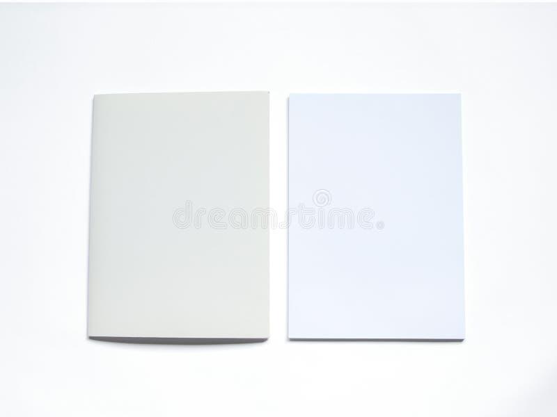 Κενός φάκελλος με το έγγραφο σχετικά με το λευκό απεικόνιση αποθεμάτων