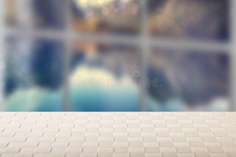 Κενό θερινό υπόβαθρο επιτραπέζιων κορυφών Κενός φωτεινός ξύλινος πίνακας γεφυρών μπροστά από το θολωμένο υπόβαθρο θάλασσας παραθύ στοκ φωτογραφίες