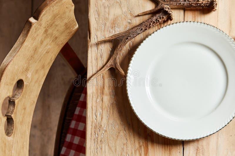 Κενό άσπρο πιάτο με τα ελαφόκερες ελαφιών στοκ φωτογραφία με δικαίωμα ελεύθερης χρήσης