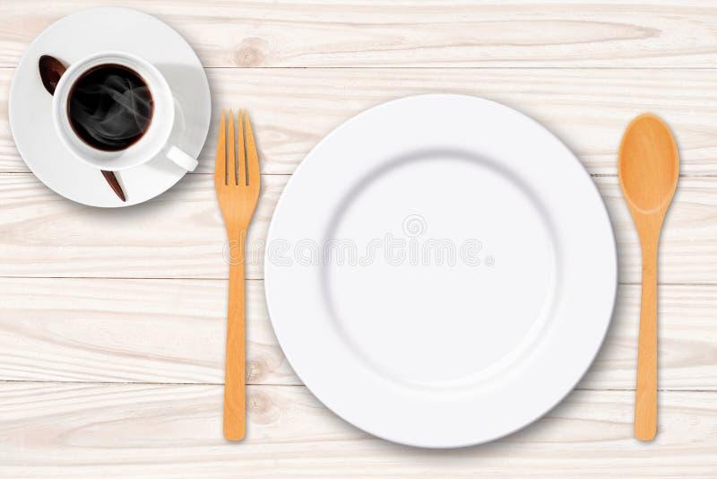 Κενό άσπρο πιάτο με το δίκρανο κουταλιών και το φλυτζάνι καφέ στοκ εικόνα με δικαίωμα ελεύθερης χρήσης