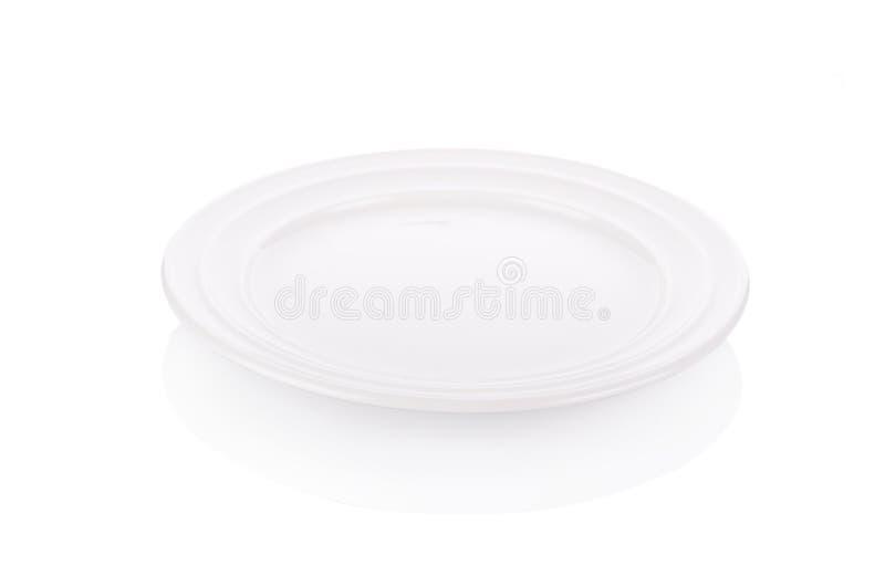 Κενό άσπρο πιάτο στο άσπρο υπόβαθρο στοκ εικόνα με δικαίωμα ελεύθερης χρήσης