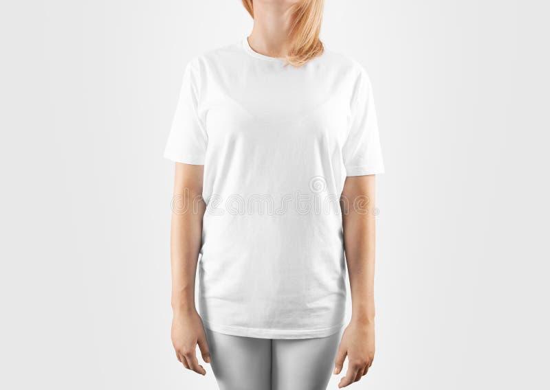 Κενό άσπρο πρότυπο σχεδίου μπλουζών, πορεία ψαλιδίσματος στοκ εικόνες