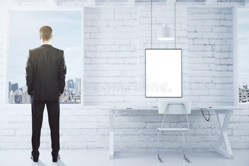 Κενό άσπρο πλαίσιο εικόνων στο λευκούς τουβλότοιχο και τον επιχειρηματία lo στοκ φωτογραφίες με δικαίωμα ελεύθερης χρήσης