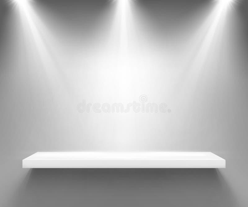 Κενό άσπρο ράφι που φωτίζεται από τρία επίκεντρα ελεύθερη απεικόνιση δικαιώματος