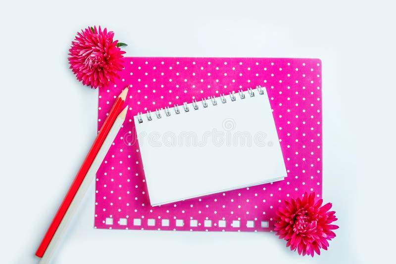 Κενό άσπρο σπειροειδές σημειωματάριο σε ρόδινο χαρτί χαρτονιού στοκ εικόνα με δικαίωμα ελεύθερης χρήσης