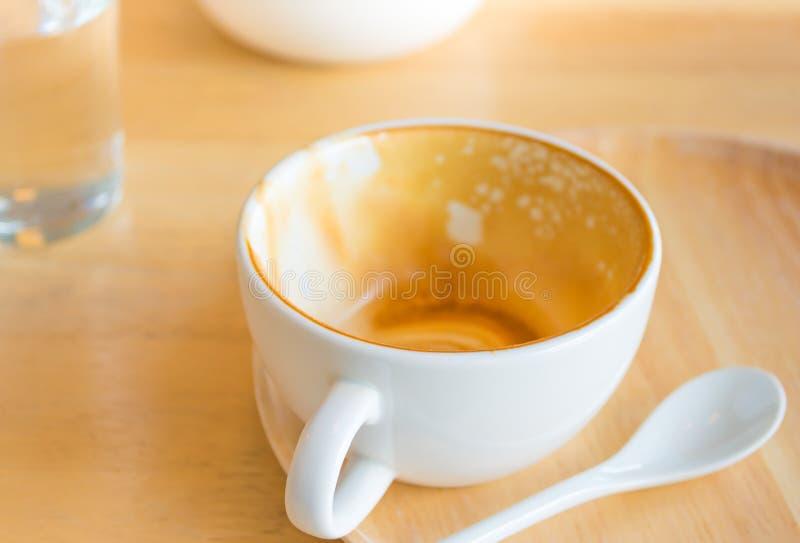 Κενό άσπρο φλυτζάνι του καυτού καφέ latte στον ξύλινο πίνακα στοκ φωτογραφία με δικαίωμα ελεύθερης χρήσης