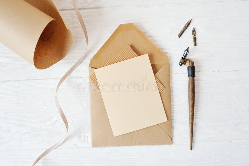 Κενό έγγραφο επιστολών διακοπών προτύπων και ένας φάκελος με τη μάνδρα στον ξύλινο πίνακα, με το διάστημα για το κείμενό σας, τη  στοκ φωτογραφίες με δικαίωμα ελεύθερης χρήσης