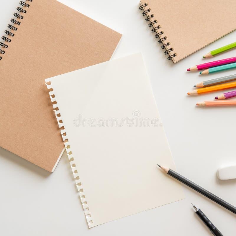 Κενό έγγραφο με το σπειροειδή σημειωματάριο, το μολύβι, τη γόμα και το penci χρώματος στοκ εικόνες με δικαίωμα ελεύθερης χρήσης
