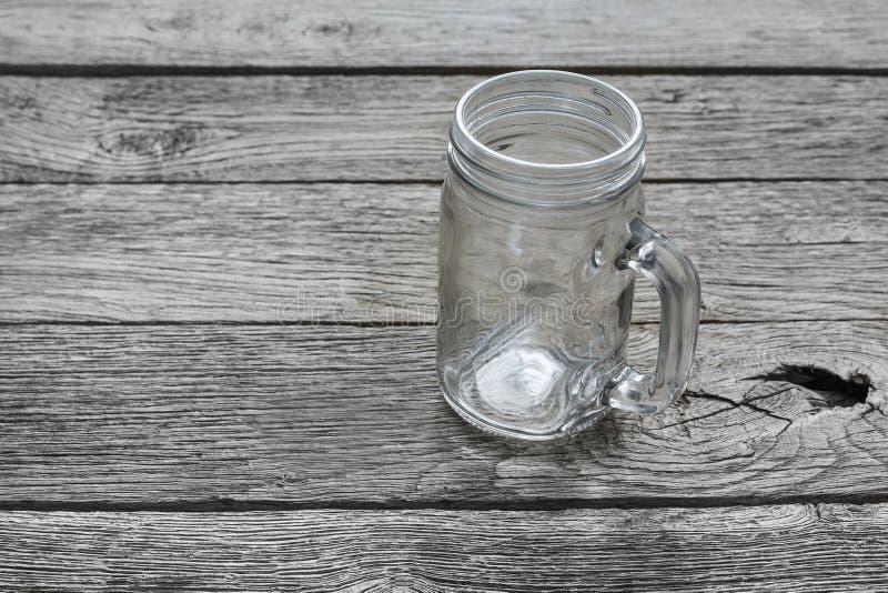 Κενό βάζο γυαλιού για τα ποτά στο αγροτικό ξύλο στοκ φωτογραφία με δικαίωμα ελεύθερης χρήσης