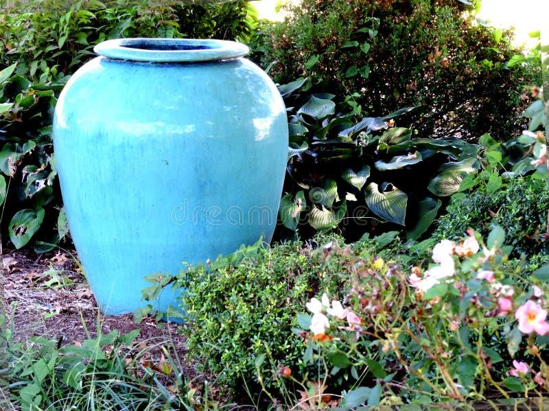 Κενό βάζο στον κήπο μου στοκ φωτογραφίες