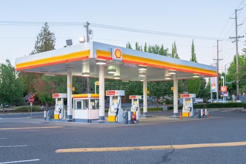 Κενό βενζινάδικο κοχυλιών το βράδυ στοκ φωτογραφία με δικαίωμα ελεύθερης χρήσης