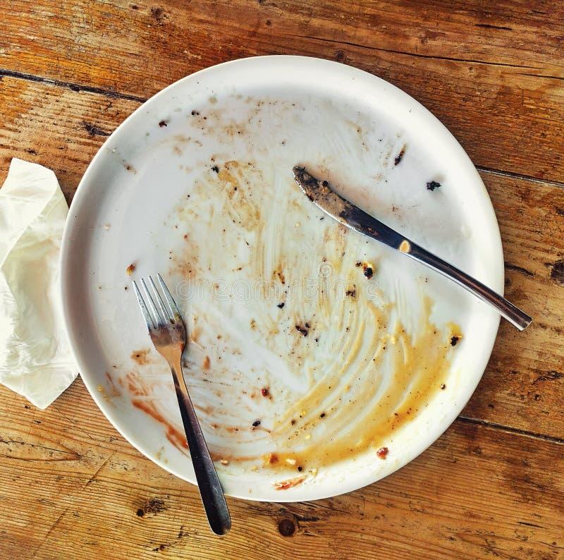 Κενό βρώμικο πιάτο στοκ εικόνα με δικαίωμα ελεύθερης χρήσης