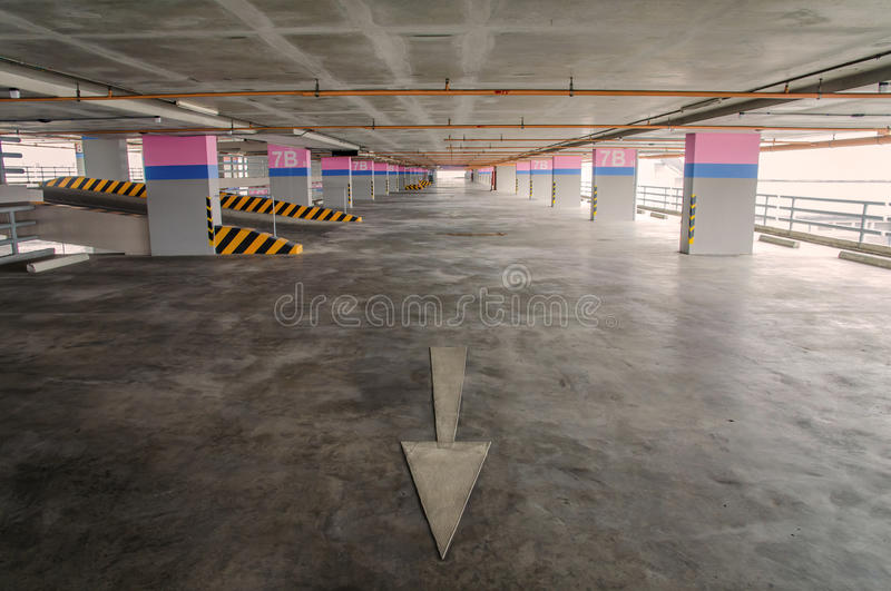 Κενό γκαράζ χώρων στάθμευσης στο κτήριο στοκ εικόνες