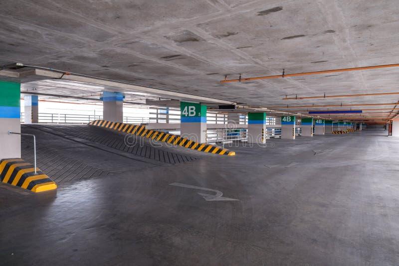 Κενό γκαράζ χώρων στάθμευσης στο κτήριο στοκ εικόνες με δικαίωμα ελεύθερης χρήσης