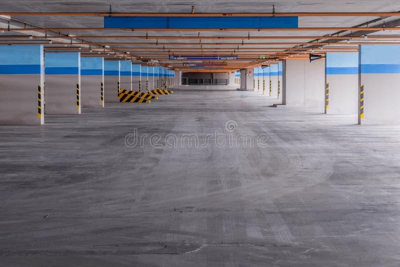 Κενό γκαράζ χώρων στάθμευσης στο κτήριο στοκ φωτογραφία με δικαίωμα ελεύθερης χρήσης
