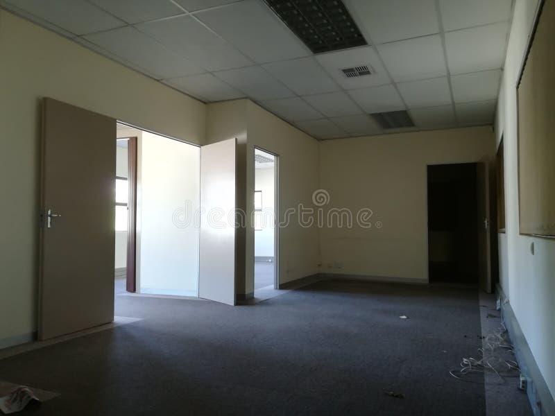 Κενό γραφείο ή εγκαταλειμμένος χώρος γραφείου χωρίς τους ανθρώπους στοκ εικόνες