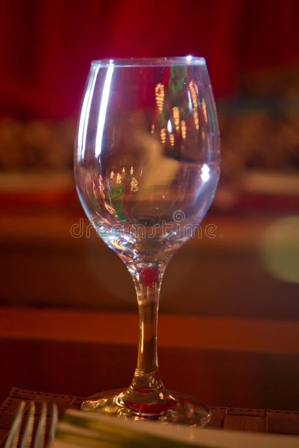 Κενό γυαλί κρασιού Επιτραπέζιο σκεύος στον πίνακα στον καφέ, εστίαση wineglass στο μίσχο Κομψή επιτραπέζια ρύθμιση Bakal στοκ φωτογραφίες με δικαίωμα ελεύθερης χρήσης