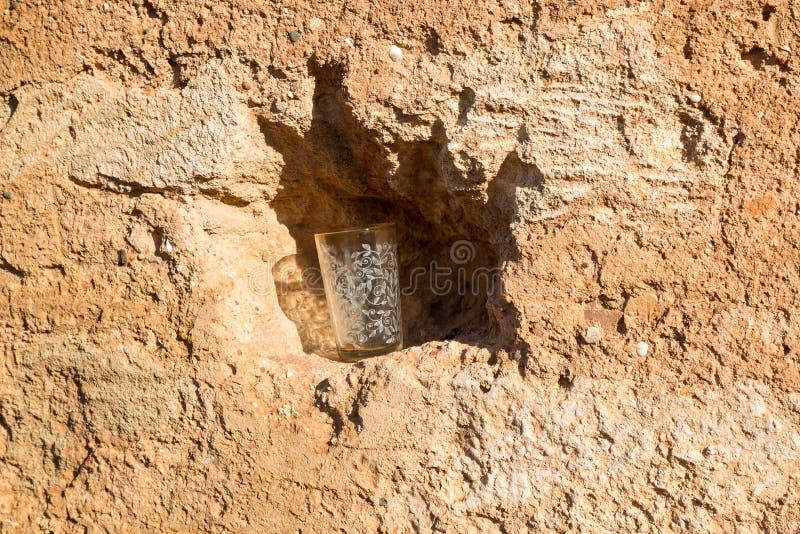 Κενό γυαλί τσαγιού σε μια τρύπα ενός βράχου, Μαρόκο στοκ φωτογραφία με δικαίωμα ελεύθερης χρήσης