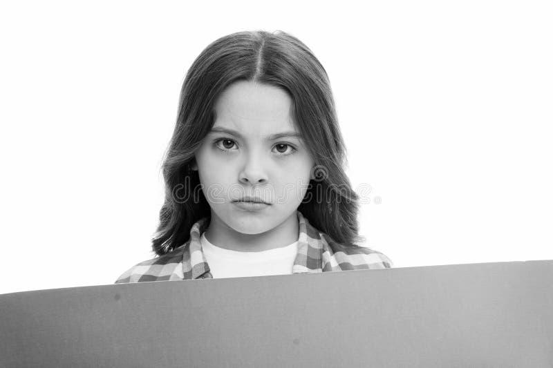 Κενό διάστημα αντιγράφων επιφάνειας κοριτσιών Έννοια διαφημίσεων Χαριτωμένο κορίτσι παιδιών που φαίνεται λυπημένο ενώ έγγραφο λαβ στοκ εικόνα με δικαίωμα ελεύθερης χρήσης