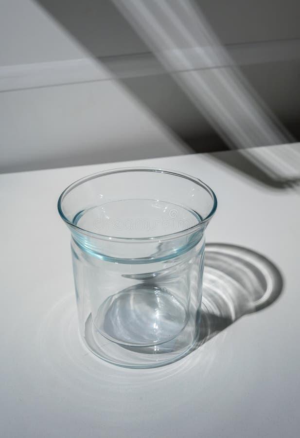 Κενό διπλοτειχισμένο σαφές γυαλί και η σκιά απορριμμάτων στο wh στοκ φωτογραφία με δικαίωμα ελεύθερης χρήσης