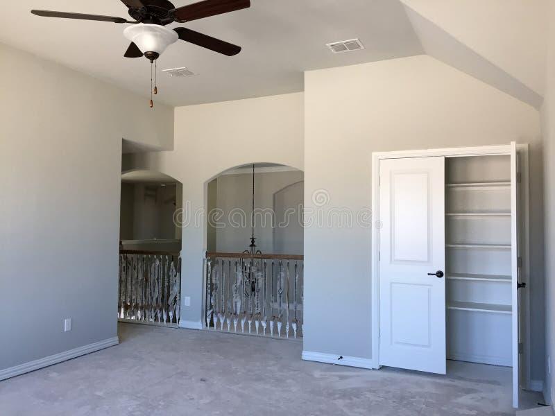 Κενό δωμάτιο του δεύτερου ορόφου καινούργιων σπιτιών κάτω από την κατασκευή στοκ φωτογραφία με δικαίωμα ελεύθερης χρήσης