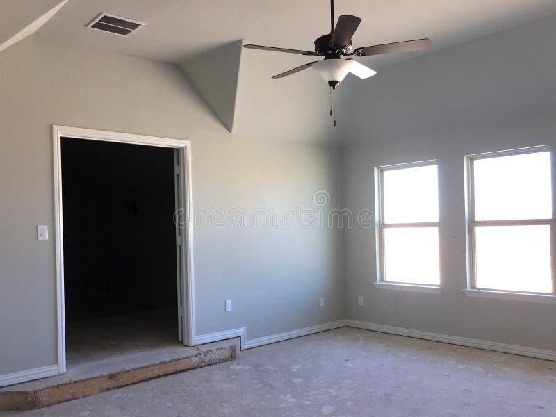 Κενό δωμάτιο του δεύτερου ορόφου καινούργιων σπιτιών κάτω από την κατασκευή στοκ φωτογραφία