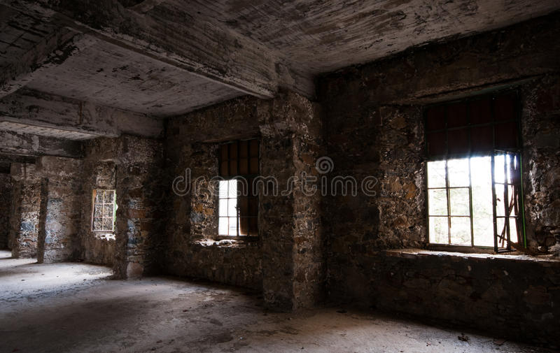Κενό εγκαταλειμμένο ανατριχιαστικό δωμάτιο ξενοδοχείου στοκ εικόνα
