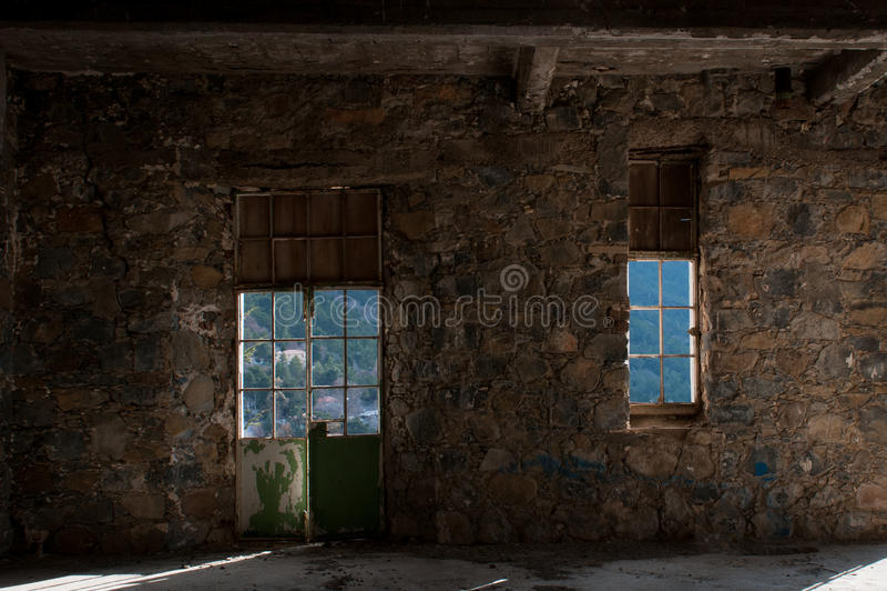 Κενό εγκαταλειμμένο ανατριχιαστικό δωμάτιο ξενοδοχείου στοκ φωτογραφίες
