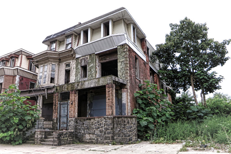 Κενό εγκαταλειμμένο κενό σπίτι στην οδό καρδιών της πόλης στοκ εικόνες