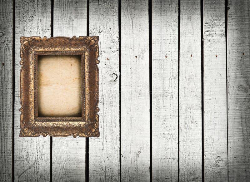 Κενό εκλεκτής ποιότητας πλαίσιο στον άσπρο ξύλινο τοίχο στοκ εικόνες με δικαίωμα ελεύθερης χρήσης