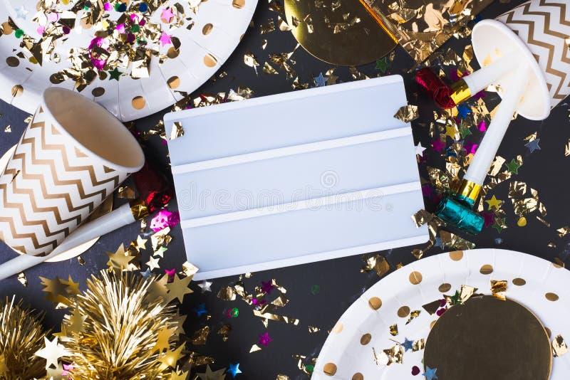 Κενό ελαφρύ κιβώτιο με το φλυτζάνι κομμάτων, ανεμιστήρας κομμάτων, tinsel, κομφετί Διασκέδαση στοκ φωτογραφία με δικαίωμα ελεύθερης χρήσης