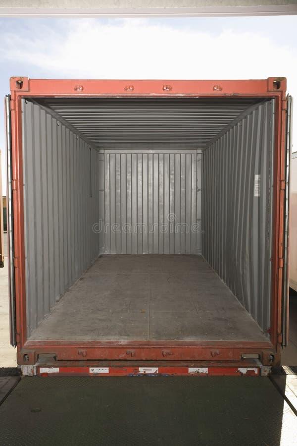 Κενό εμπορευματοκιβώτιο στην αποθήκη εμπορευμάτων στοκ φωτογραφίες