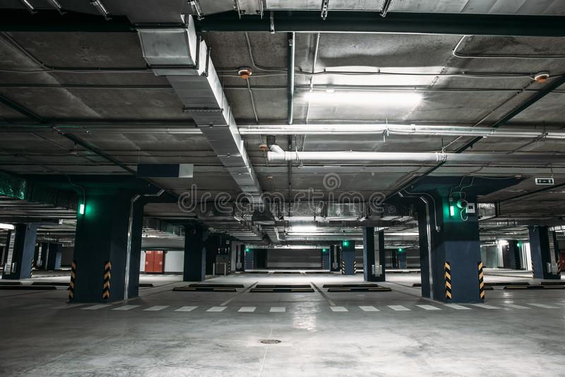 Κενό εσωτερικό γκαράζ χώρων στάθμευσης αυτοκινήτων υπόγεια μέσα στη πολυκατοικία ή στη λεωφόρο ή την υπεραγορά στοκ φωτογραφία με δικαίωμα ελεύθερης χρήσης