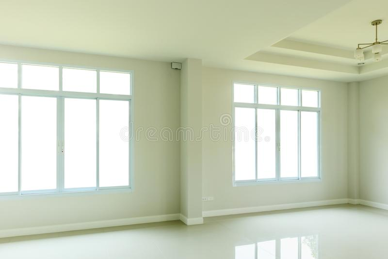 Κενό εσωτερικό καθιστικών με το πλαίσιο παραθύρων στοκ φωτογραφία
