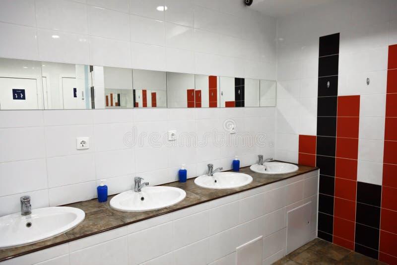 Κενό εσωτερικό λουτρών ατόμων χώρων ανάπαυσης δημόσιο με τους νεροχύτες χεριών πλύσης στοκ εικόνες