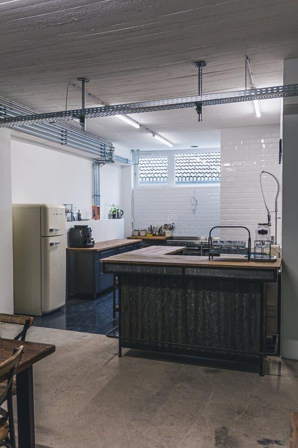 Κενό εσωτερικό της κουζίνας γραφείων σύγχρονου σχεδίου στοκ φωτογραφία με δικαίωμα ελεύθερης χρήσης