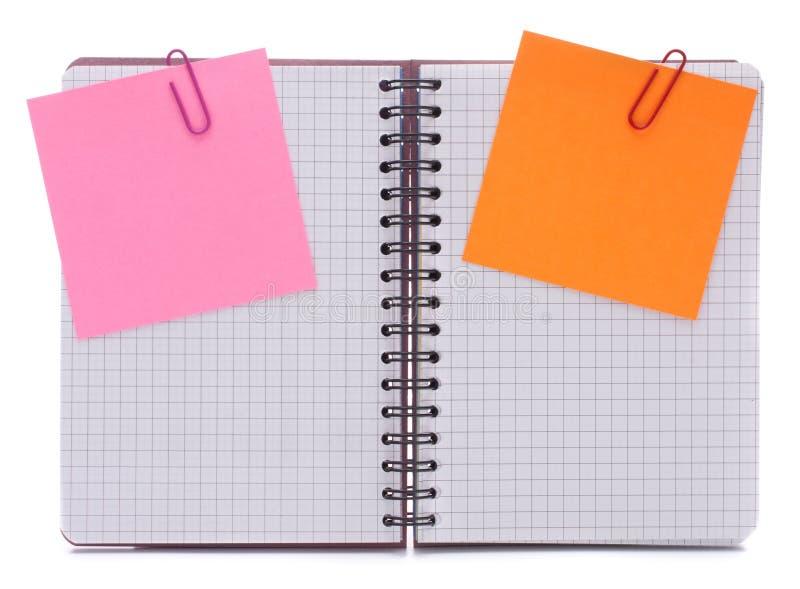 Κενό ελεγχμένο σημειωματάριο με τα έγγραφα ειδοποίησης στοκ εικόνα
