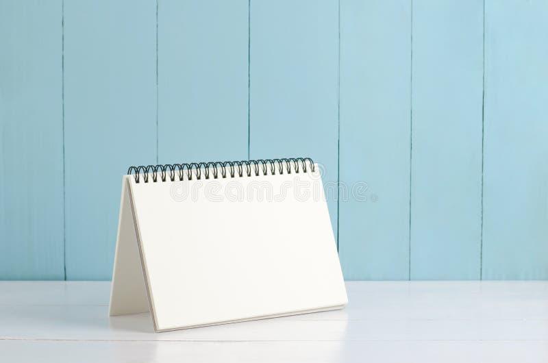 Κενό ημερολόγιο γραφείων στο άσπρο και μπλε ξύλινο υπόβαθρο στοκ φωτογραφία με δικαίωμα ελεύθερης χρήσης