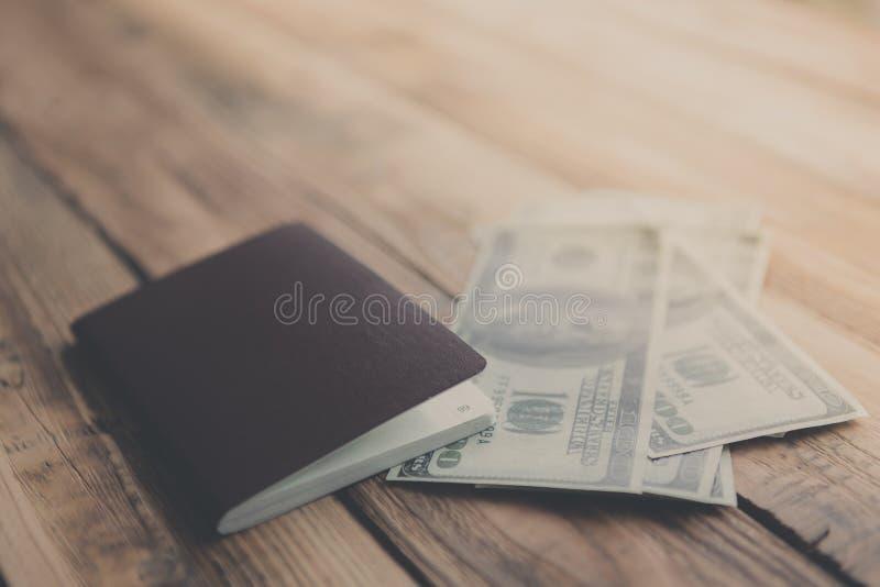 Κενό διαβατήριο με τα αμερικανικά δολάρια (φιλτραρισμένες δημόσιες σχέσεις εικόνας στοκ εικόνα