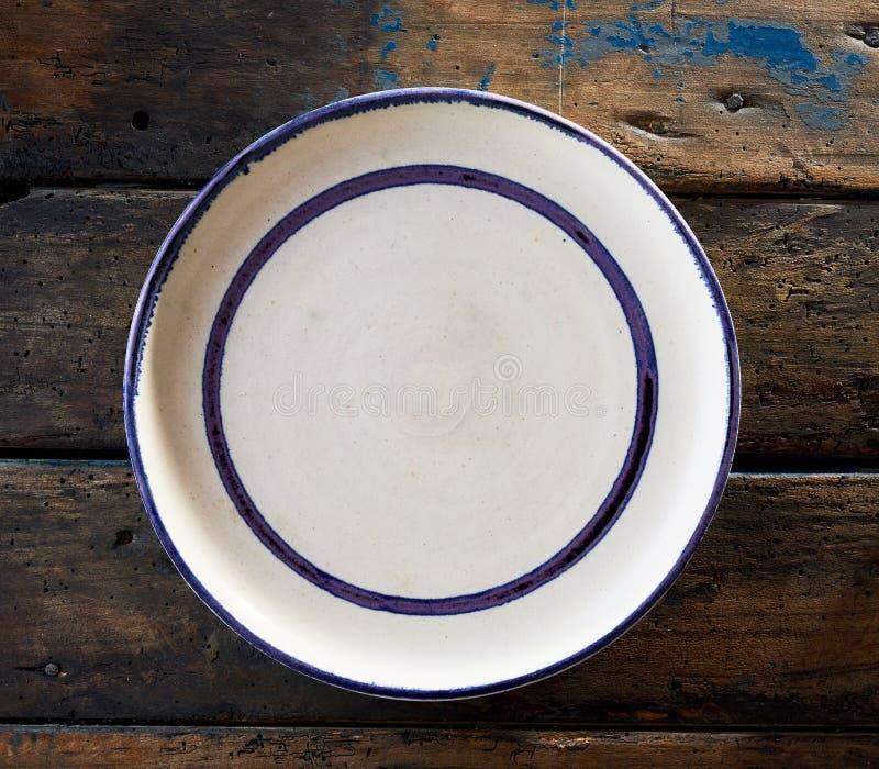 Κενό καθαρό άσπρο κεραμικό πιάτο με το μπλε πλαίσιο στοκ φωτογραφία με δικαίωμα ελεύθερης χρήσης