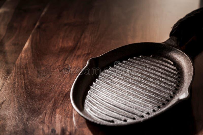 Κενό καθαρό τηγάνι ταψακιών χυτοσιδήρου στοκ φωτογραφία