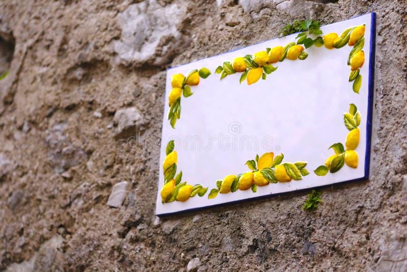 Κενό κεραμικό πιάτο, λεμόνια στοκ εικόνα