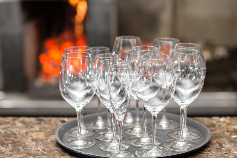 Κενό κρασί γυαλιών στο εστιατόριο Νερό γυαλιού Ένας δίσκος των γυαλιών κρασιού σε μια δεξίωση γάμου στοκ εικόνα