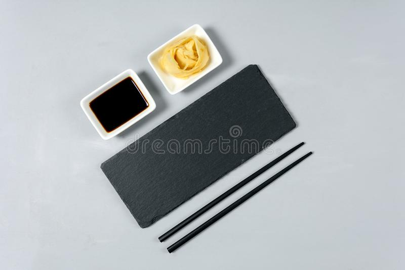 Κενό μαύρο πιάτο πλακών με chopstick στο γκρίζο ξύλινο υπόβαθρο Επίπεδος βάλτε Τοπ όψη φρέσκια ελιά πετρελαίου κουζινών τροφίμων  στοκ εικόνα με δικαίωμα ελεύθερης χρήσης
